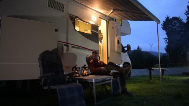 camper da campeggio e campeggio in tenda. - campeggiare video stock e b–roll