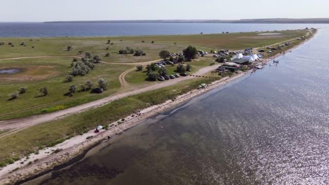 stockvideo's en b-roll-footage met kamperen in de estuarium. zomervakantie. - caravan