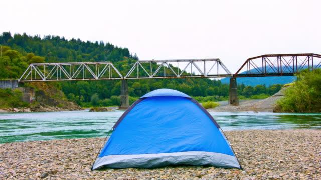 camping am fluss - staatspark stock-videos und b-roll-filmmaterial