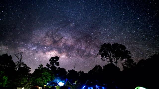 하늘에 놀라운 별의 아래 td tl 캠핑 그룹. 여행 야외 활동 개념입니다. - 틸트 스톡 비디오 및 b-롤 화면