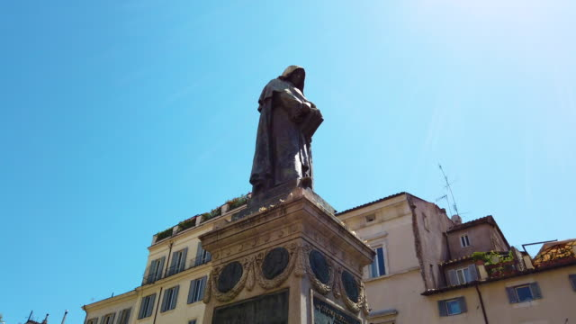 vídeos de stock e filmes b-roll de campo de fiori, rome, giordano bruno statue - filosofia