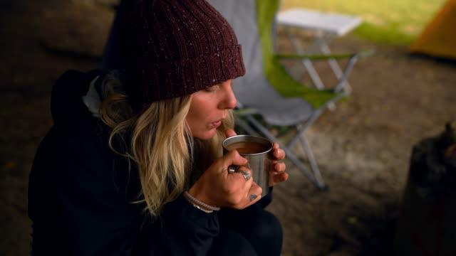 vidéos et rushes de je peux encore prendre mon café en camping - boisson chaude