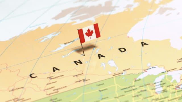 vídeos de stock, filmes e b-roll de canadá com a bandeira nacional - canadá
