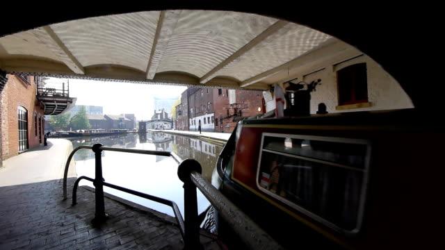 vídeos y material grabado en eventos de stock de bote de salir del túnel del canal - estrecho