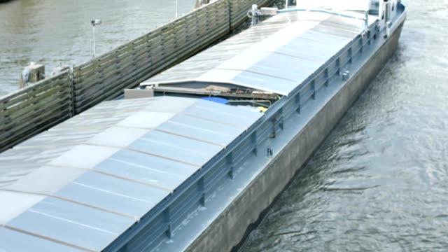 ロックを残して運河ボート - はしけ点の映像素材/bロール