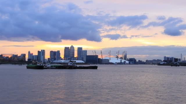 canary wharf day to night time-lapse - kubbe stok videoları ve detay görüntü çekimi