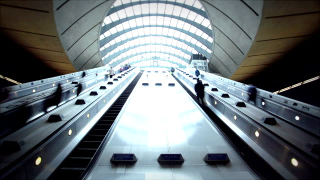 canary wharf, londra, enland - escalator video stock e b–roll