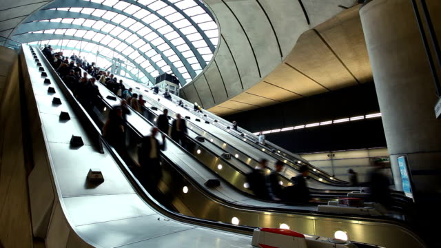 stazione di canary wharf, a londra - escalator video stock e b–roll