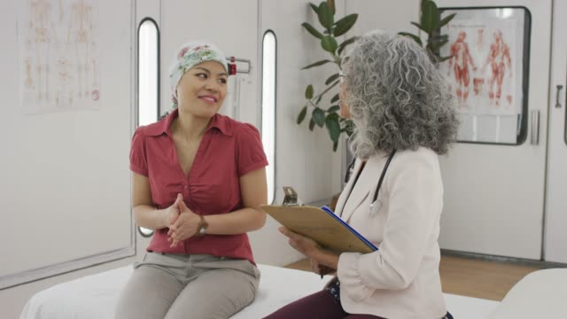 vídeos de stock e filmes b-roll de cancer patient having lively conversation with her senior physician - etnia