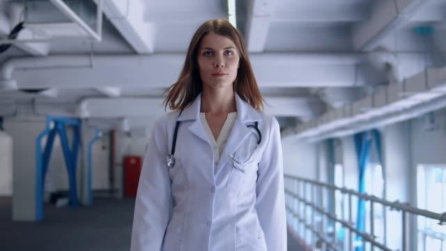 ehrlicher professionelle therapeuten spaziergänge entlang der lobby - wissenschaftlerin stock-videos und b-roll-filmmaterial