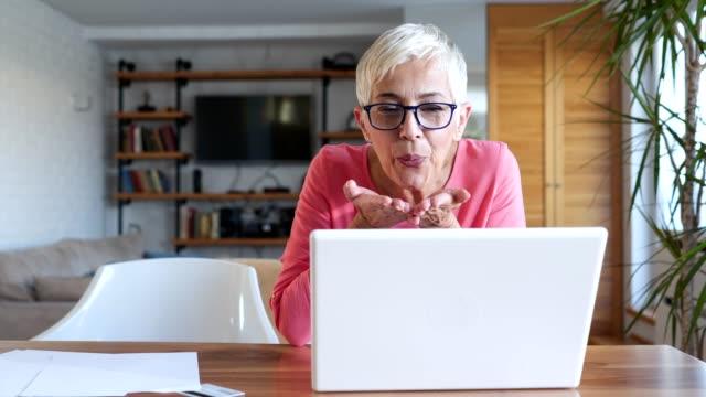 uppriktig senior kvinna prata över internet med familj - saknad känsla bildbanksvideor och videomaterial från bakom kulisserna