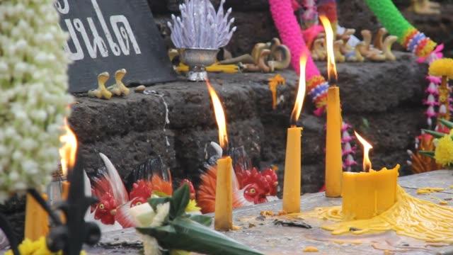kerze und feuer im tempel - mahnwachen stock-videos und b-roll-filmmaterial