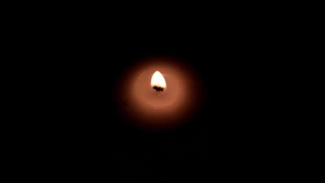 vídeos y material grabado en eventos de stock de la luz de las velas - cáliz objeto religioso