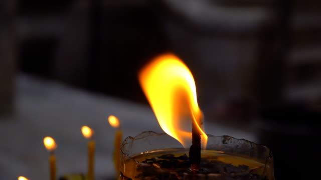 vídeos y material grabado en eventos de stock de llama de la vela ardiendo, cámara lenta - soplar