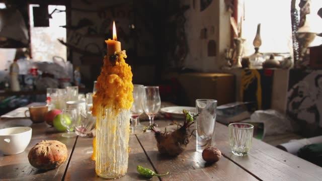 촛불, 말린 왁 스로 사용 하는 와인 병에 배치 된 촛불 굽기 - 와인병 스톡 비디오 및 b-롤 화면