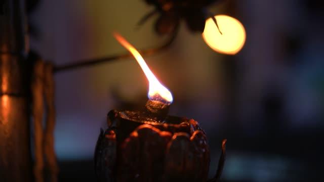 어두운 배경으로 빛나는 촛불 빛. - thank you background 스톡 비디오 및 b-롤 화면