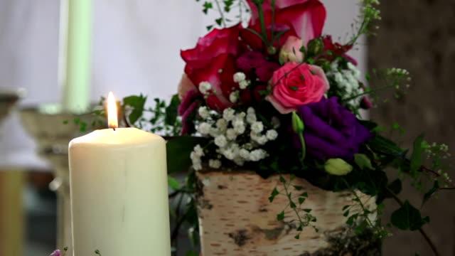 vidéos et rushes de lumière de bougie dans une église - baptême