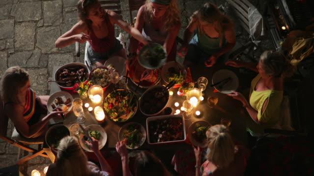 キャンドル点灯イタリアで屋外ダイニング - 食事する点の映像素材/bロール