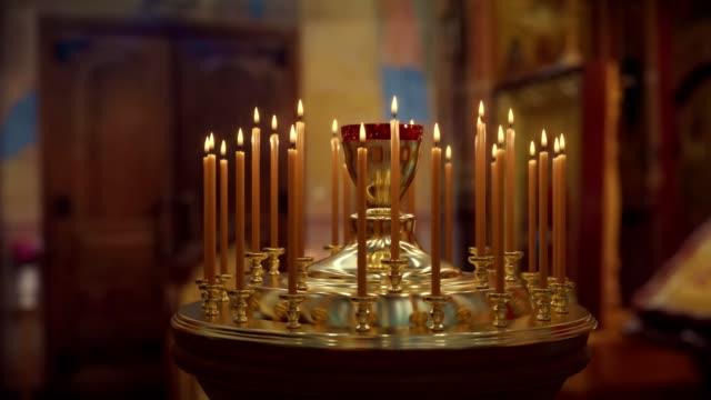 stockvideo's en b-roll-footage met kaars op candlestick houder in de kerk - vertigo zoom fx - kandelaar