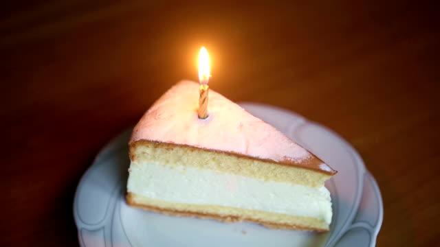 hızlı gider kadar pasta dilimi üzerine de mum yanıyor - kek dilimi stok videoları ve detay görüntü çekimi