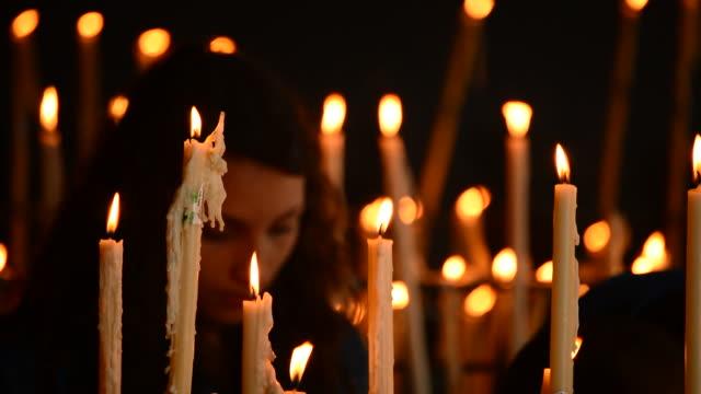ljus och människor på ljusstake - pilgrimsfärd bildbanksvideor och videomaterial från bakom kulisserna