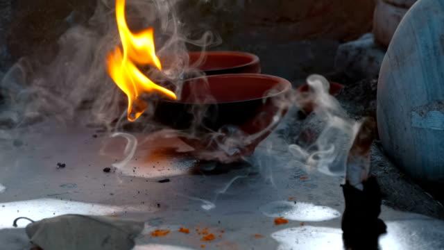 ljus brinner och rökelse är rök i närheten - india statue bildbanksvideor och videomaterial från bakom kulisserna