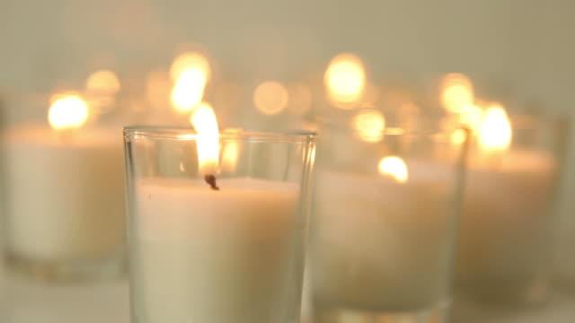candele burning primo piano - aromaterapia video stock e b–roll