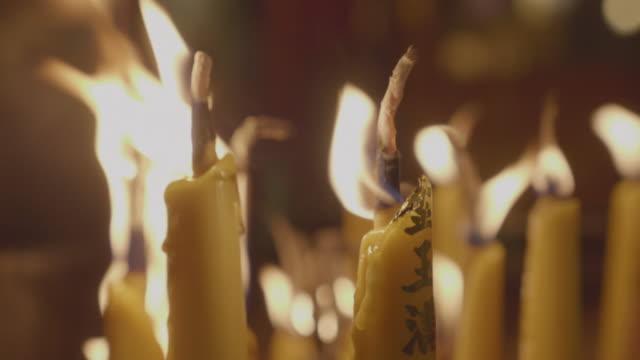 kerzen brennen in der nacht, 4 km - mahnwachen stock-videos und b-roll-filmmaterial