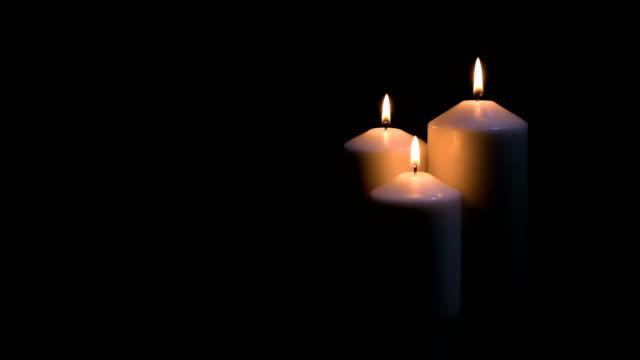vídeos y material grabado en eventos de stock de velas ardiendo sobre fondo negro - advent