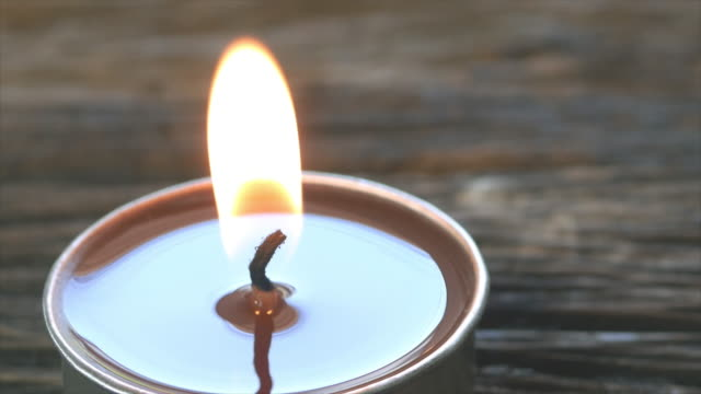 vídeos de stock e filmes b-roll de 4k candles for relaxation on wood table. - massajar