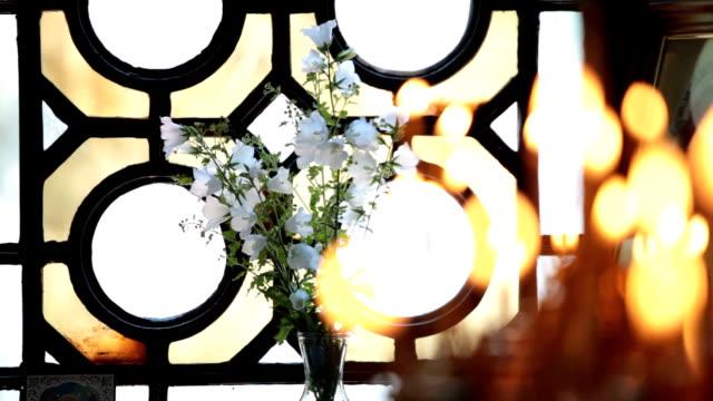 vídeos de stock e filmes b-roll de velas na igreja - mosaicos flores