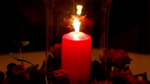 vídeos de stock e filmes b-roll de candles in glass flasks - concrete wall interior