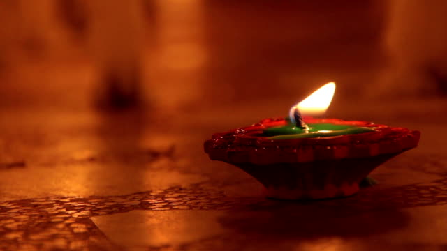 Candles on Indian streets during the festival of Deepavali – Video