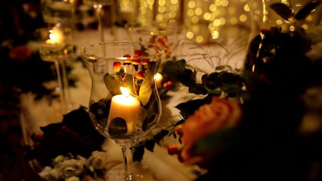 bir düğün akşamı için masa dekorasyonunda mumlar - süslü püslü stok videoları ve detay görüntü çekimi