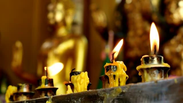 candles to worship the buddha - верующий стоковые видео и кадры b-roll