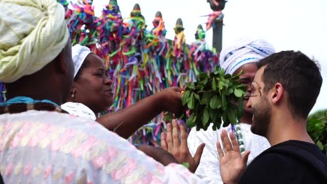 サルバドール、バイーア州、ブラジルの観光を祝福カンドンブレ グループ - 幸運点の映像素材/bロール