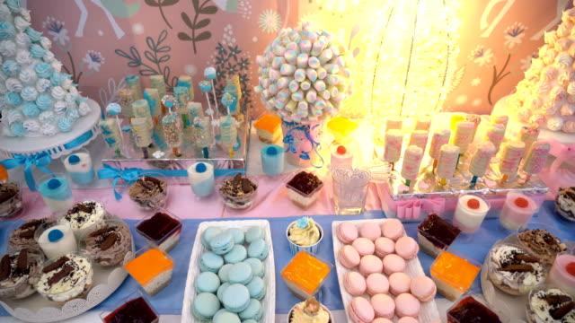 vidéos et rushes de table de dessert de bar de bonbons - banquet