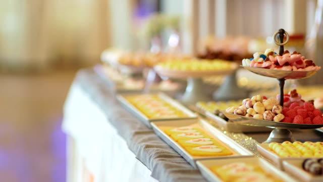vídeos y material grabado en eventos de stock de boda de candy bar, candy buffet, deliciosa barra de caramelo en una boda - galleta dulces