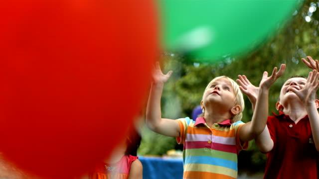 Candy falling on grupo de niños, cámara lenta - vídeo