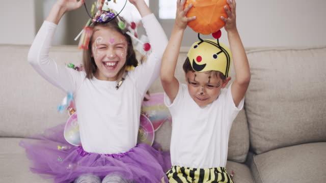 candy trzyma wszystkie potwory z dala na halloween! - paczka sukienka filmów i materiałów b-roll