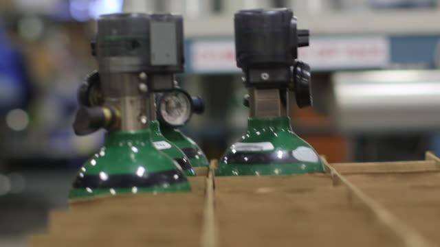 kutu üretim tesisi - oksijen stok videoları ve detay görüntü çekimi