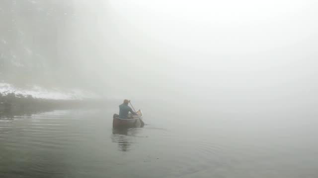 vídeos de stock e filmes b-roll de canoeing into the fog - surrealismo