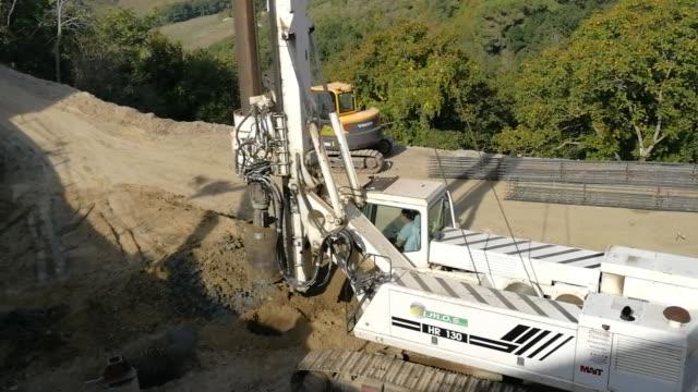 stockvideo's en b-roll-footage met cantiere edile per la realizzazione di pali di contentimento een fragneto monforte - shovel