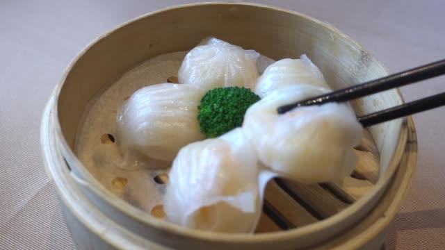 vídeos de stock, filmes e b-roll de dim sum cantonês: bolinhos de camarão - antepasto