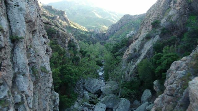 vidéos et rushes de vue aérienne de ruisseau de canyon - californie du sud