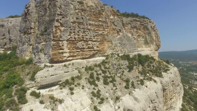 vídeos de stock e filmes b-roll de aerial: canyon with steep cliffs - multicóptero