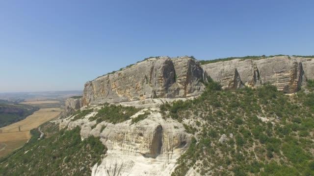 vídeos de stock, filmes e b-roll de antena: canyon com penhascos íngremes - quadricóptero