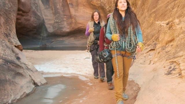 vídeos de stock e filmes b-roll de canyoneering in moab, utah - vale