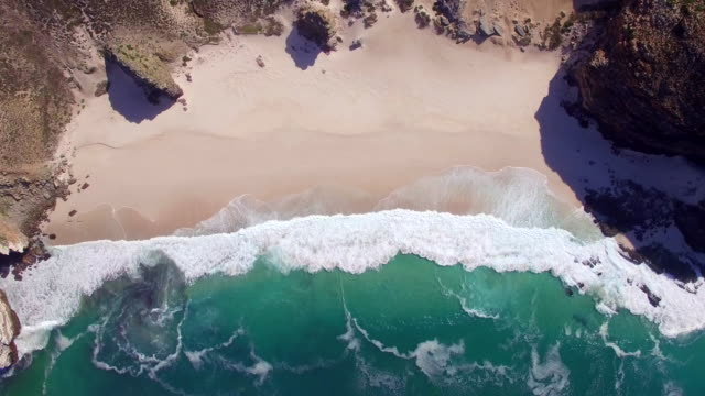 stockvideo's en b-roll-footage met cape point golven above luchtfoto - verticaal