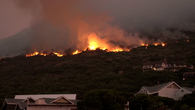 cape town-march,2015: fierce bush fires on the slopes of table mountain,south africa - house after fire bildbanksvideor och videomaterial från bakom kulisserna